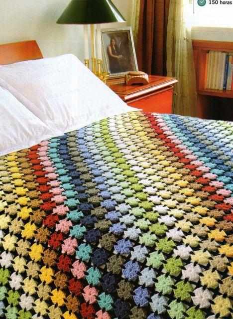 Colcha de Crochê colorida com cors claras e escuras