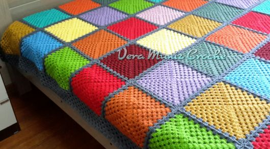 Colcha de Crochê colorida em quadrados verde, vermelho e azul