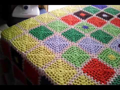 Colcha de Crochê colorida em quadrados verdes, amarelos, vermelhos e azuis