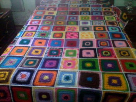 Colcha de Crochê em quadrados coloridos com borda branca