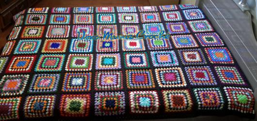 Colcha de Crochê em quadrados coloridos com borda preta