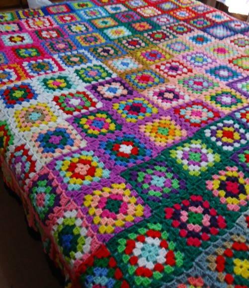 Colcha de Crochê em quadrados coloridos com flores