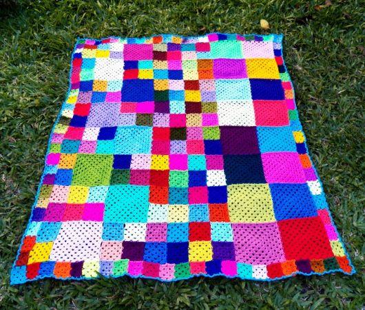 Colcha de Crochê em quadrados com borda azul