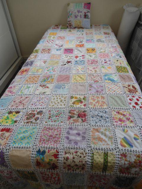 Colcha de Crochê com tecido de flores
