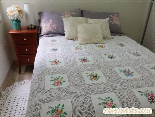 Colcha de Crochê branca com tecido de flores