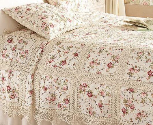 Colcha de Crochê beje com tecido de flores