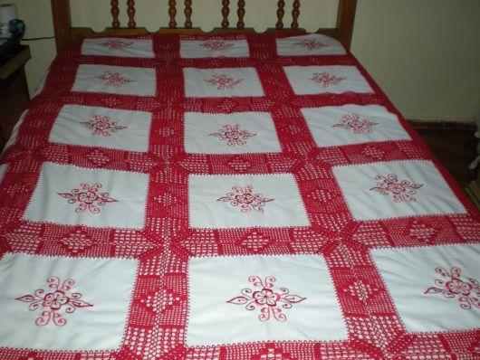 Colcha de Crochê vermelha com tecido de flores