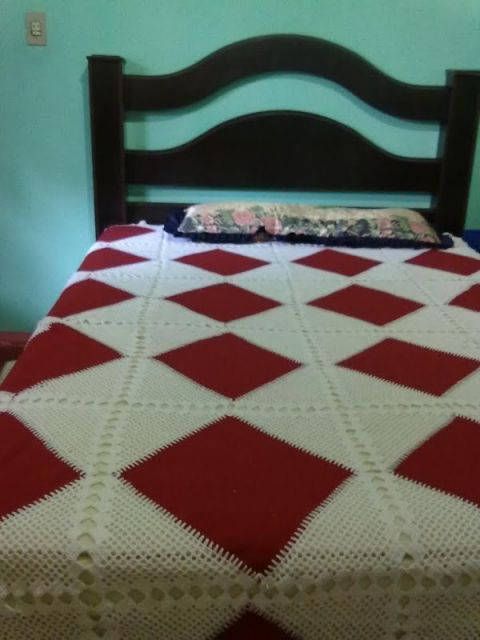 Colcha de Crochê branca com tecido vermelho