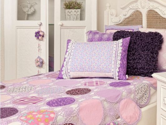 Colcha de Crochê lilás com tecido