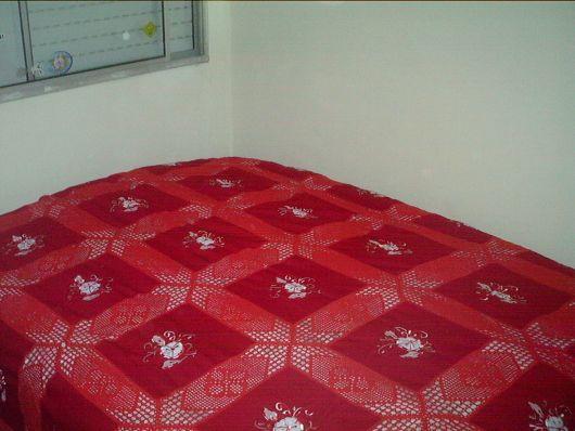 Colcha de Crochê com tecido vermelho