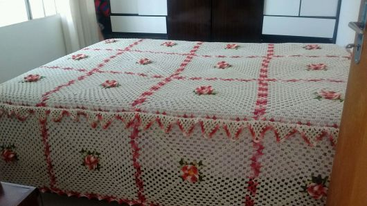 Colcha de Crochê com flores rosa