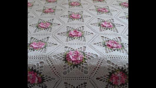 Colcha de Crochê com flores rosa claro