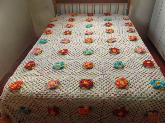 Colcha de Crochê com flores laranjas, rosas, vermelhas e azuis