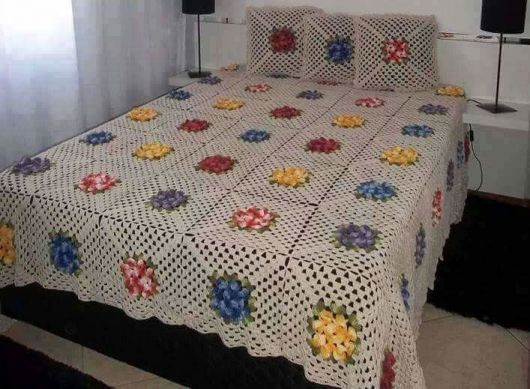 Colcha de Crochê com flores vermelha, amarelas e azuis