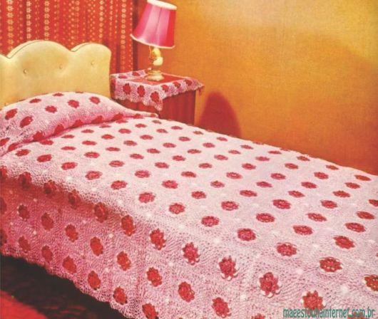 Colcha de Crochê rosa com flores vermelhas