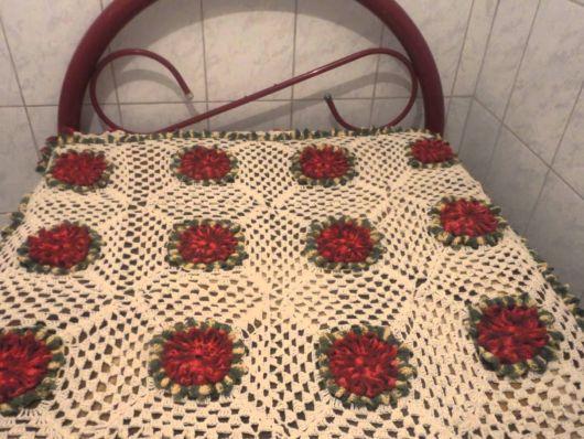 Colcha de Crochê beje com flores vermelhas