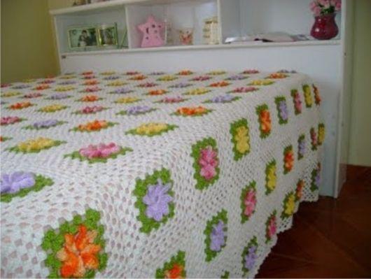 Colcha de Crochê de casal branca com flores coloridas