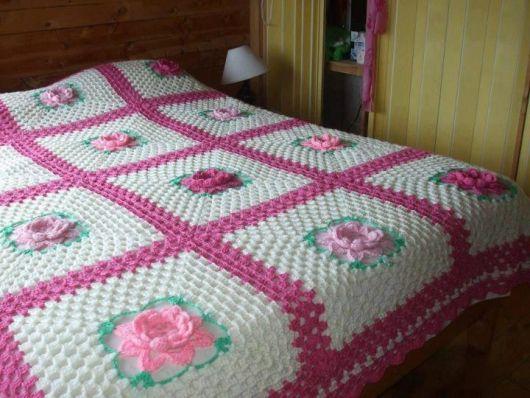 Colcha de Crochê de casal branca e rosa com flores