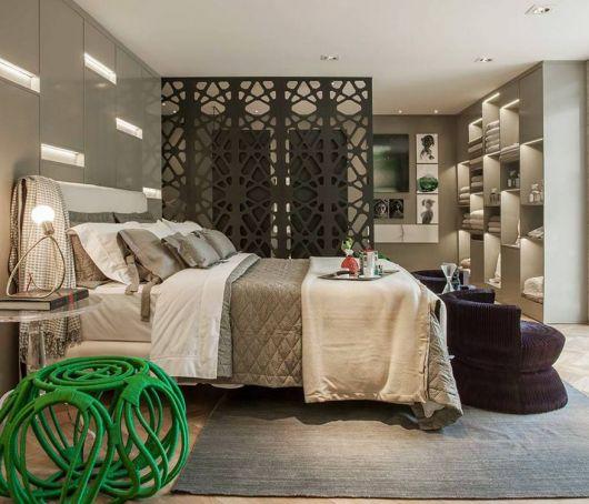 quarto de casal moderno com divisória vazada