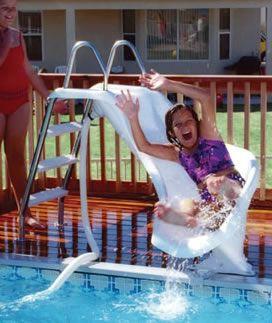 Criança escorregando em uma pequeno escorregador com escada de três degraus.