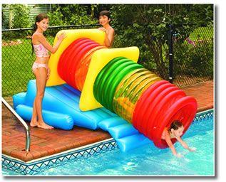 Escorregador para piscina apoiado em uma plataforma inflável. Ele tem formato de tubo e há uma criança escorregando de dentro dele.