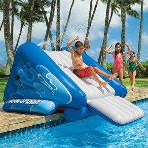 Criança escorregando em um escorregador para piscina inflável pequeno na lateral de uma piscina.