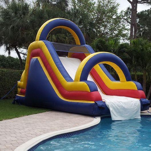 Escorregador para piscina inflável grande com dois arcos acima da parte de escorregar.