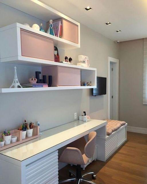 armários branco e rosa
