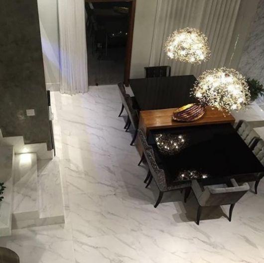 sala de jantar com piso de mármore