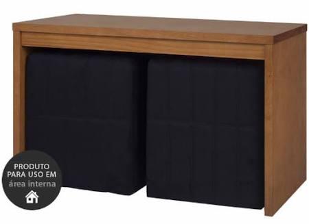 Mesa de centro com dois puffs pretos.