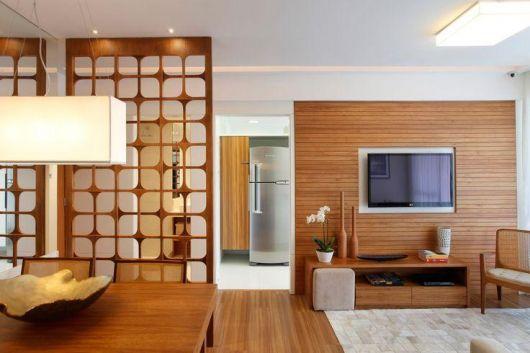 parede vazada de madeira crua na sala