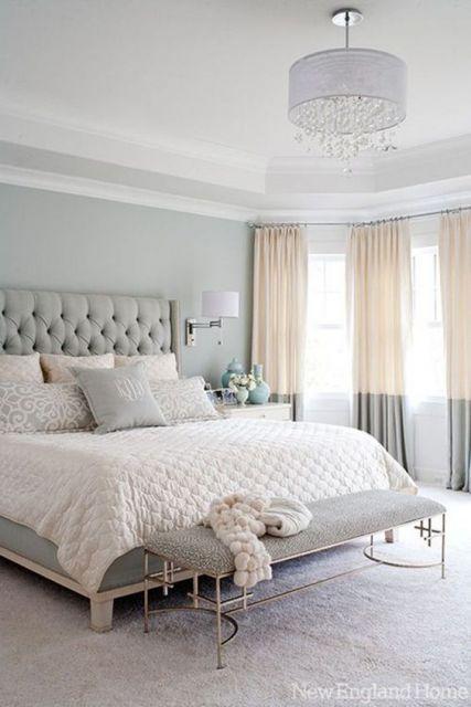 Quarto clean com cortina bicolor.