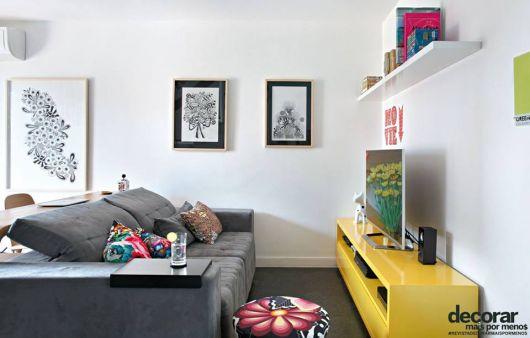 Rack para sala pequena amarelo.