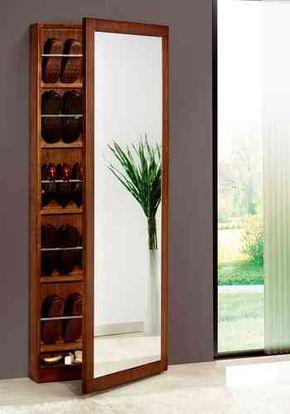 Sapateira de madeira alta com diversos calçados dentro dela. Ela tem um espelho grande na parte externa da porta.