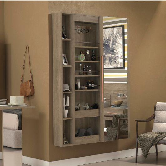 Sapateia de madeira que também serve para guardar itens como pulseiras e perfumes. A porta é de correr e sua parte externa é toda feita com um espelho.