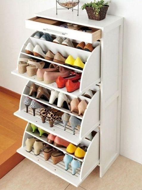 Sapateira de madeira branca com portas que abrem de dentro para forma e cada uma dela comporta três níveis diferentes para guardar sapatos.
