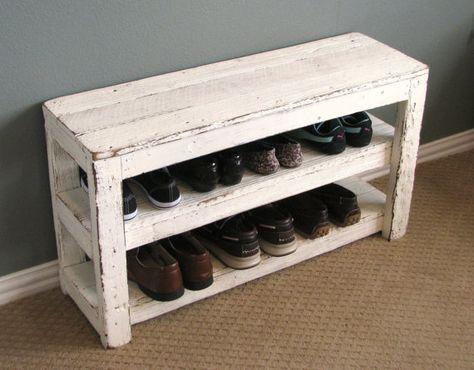 Sapateira de madeira branca pequena que também pode ser usada como banco. Ela tem dois níveis para que os sapatos sejam colocados, cada um deles comporta três pares.
