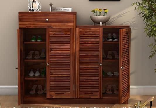 Duas sapateiras de madeira com duas portas cada uma posicionadas lado a lado.