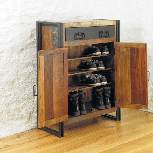 Sapateira de madeira com duas portas abertas e cinco pares de sapatos dentro dela. Acima da porta que dá acesso aos sapatos há uma gaveta de metal.