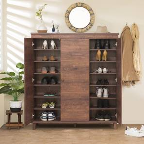 Sapateira de madeira com duas portas laterais abertas que revelam  sete níveis cada uma onde sapatos podem ser posicionados.