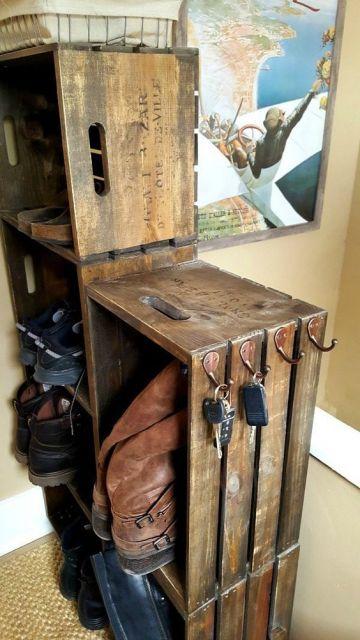 Sapateira feita a partir de caixas de madeira com um pequeno suporte para chaves na lateral.