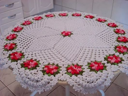 Toalha de mesa redonda de crochê.