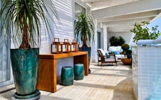 vaso azul turquesa na varanda