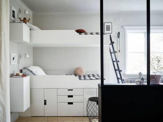 Beliche branca com gavetas e armários na parte de baixo.