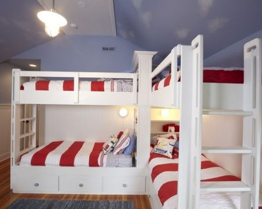 Beliche branca com roupa de cama vermelha e branca.