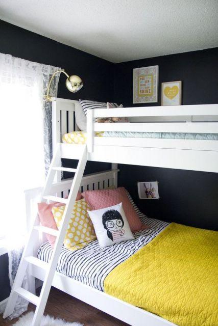 Beliche branco em quarto com paredes pretas.