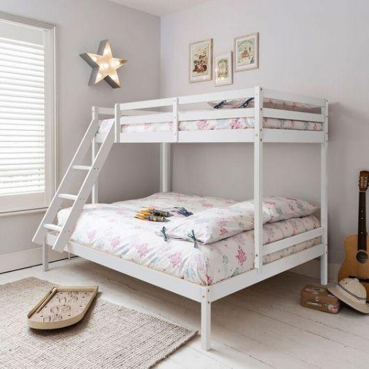 Beliche branca com cama de casal.