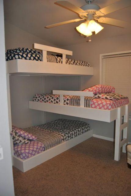 Beliche com três camas.
