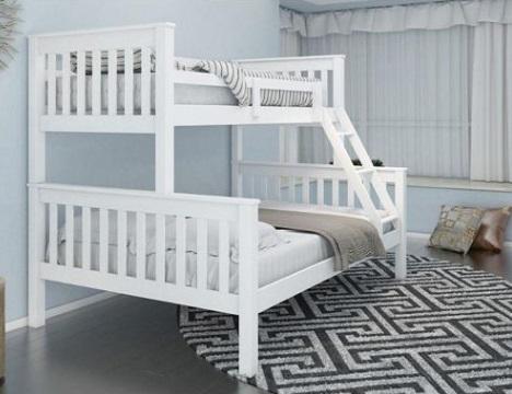 Beliche branca com cama de casal embaixo.