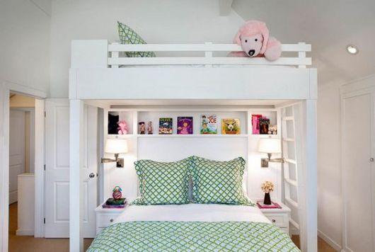 Beliche com cama de casal.